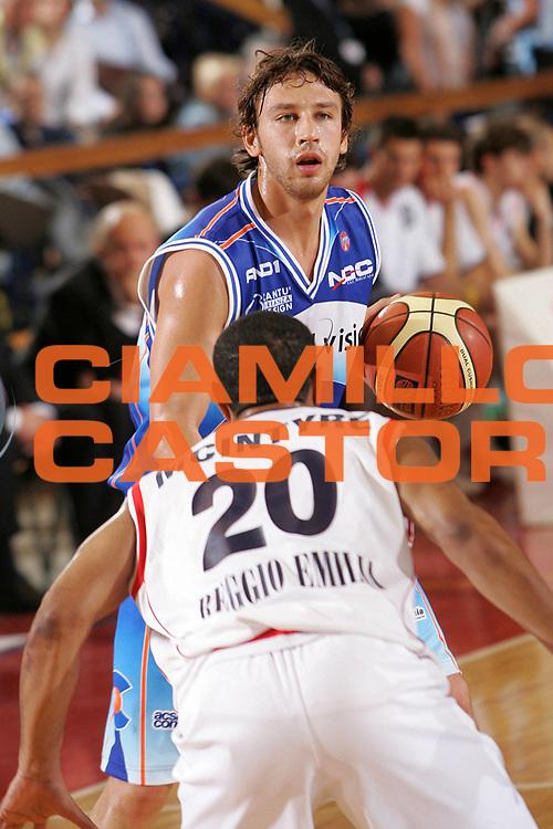 DESCRIZIONE : Reggio Emilia Lega A1 2005-06 Bipop Carire Reggio Emilia Vertical Vision Cantu <br /> GIOCATORE : Lamma <br /> SQUADRA : Vertical Vision Cantu <br /> EVENTO : Campionato Lega A1 2005-2006 <br /> GARA : Bipop Carire Reggio Emilia Vertical Vision Cantu <br /> DATA : 07/05/2006 <br /> CATEGORIA : Palleggio <br /> SPORT : Pallacanestro <br /> AUTORE : Agenzia Ciamillo-Castoria/Fotostudio 13