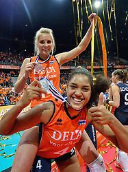 04-10-2015 NED: Volleyball European Championship Final Nederland - Rusland, Rotterdam<br /> Nederland verliest kansloos de finale met 3-0 van Rusland en moet genoegen nemen met zilver / Laura Dijkema #14 op de rug van Celeste Plak #4