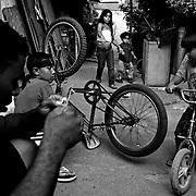 APUNTES SOBRE MI VIDA: LA PASTORA I - 2009/10<br /> Photography by Aaron Sosa<br /> Maikel Montilla con sus 3 hijos y Mario Antonio Montilla.<br /> La Pastora, Caracas - Venezuela 2009<br /> (Copyright © Aaron Sosa)