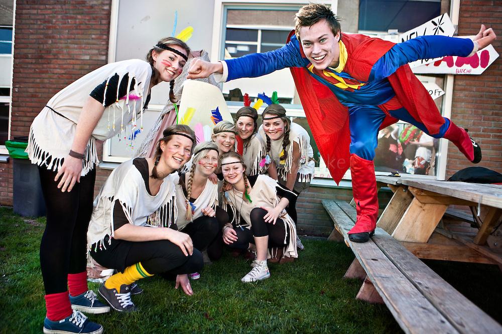 """Haren, Zernike college 20100423. laatste schooldag.  De Pafwang stam en superman op zoek naar """"the american dream"""". foto: Pepijn van den Broeke."""