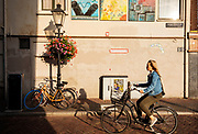 Een vrouw fietst door de Lange Smeestraat in Utrecht.<br /> <br /> A woman cycles in the city center of Utrecht.