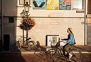 Een vrouw fietst door de Lange Smeestraat in Utrecht.<br /> <br /> A woman cycles in the city center of Utrecht.