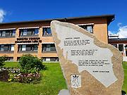 """Dorotea i Sverige. Konstverk med Doroteasången utanför kommunhuset i Dorotea. Dorotea sången<br /> <br /> Detta är det land där du hör hemma<br /> Detta är den bygd där du ska bo<br /> Välbekant och kär är varje stämma<br /> Själva luften andas frid och ro<br /> <br /> Marken där du står med dina fötter<br /> Stigen som är nött av dina steg<br /> Flätar i din levnad sina rötter<br /> Binder dig vid äng och åkerteg<br /> <br /> Fjällets tinne skimrar mot dig trofast<br /> Dalen breder ut mot dig sin famn<br /> Där som barn du sprungit blir du bofast<br /> Dorotea är din hembygds namn<br /> <br /> (Text: Helmer Grundström) """"Klarabohemen Helmer Grundström (1904–86) hade sina rötter """"langt nol i helvitta/ langt nol i väla"""", som han skriver i sin mest kända dikt. Närmare bestämt i Svanavattnet, Dorotea.<br /> Det känner alla barn i Dorotea till. De får också lära sig Doroteasången. (Svenska Dagbladet 2009)"""