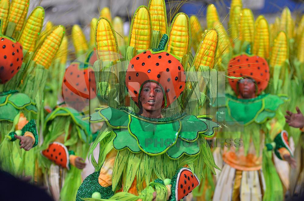 SAO PAULO, SP, 10 FEVEREIRO 2013 - CARNAVAL SP - MOCIDADE ALEGRE  - Integrantes da escola de samba Mocidade Alegre durante desfile no segundo dia do Grupo Especial no Sambódromo do Anhembi na região norte da capital paulista, na madrugada deste domingo, 10. FOTO: LEVI BIANCO - BRAZIL PHOTO PRESS