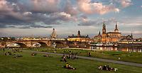 Dresden Skyline vom rechten Elbufer unterhalb der Augustusbrücke bei Sonnenuntergang.