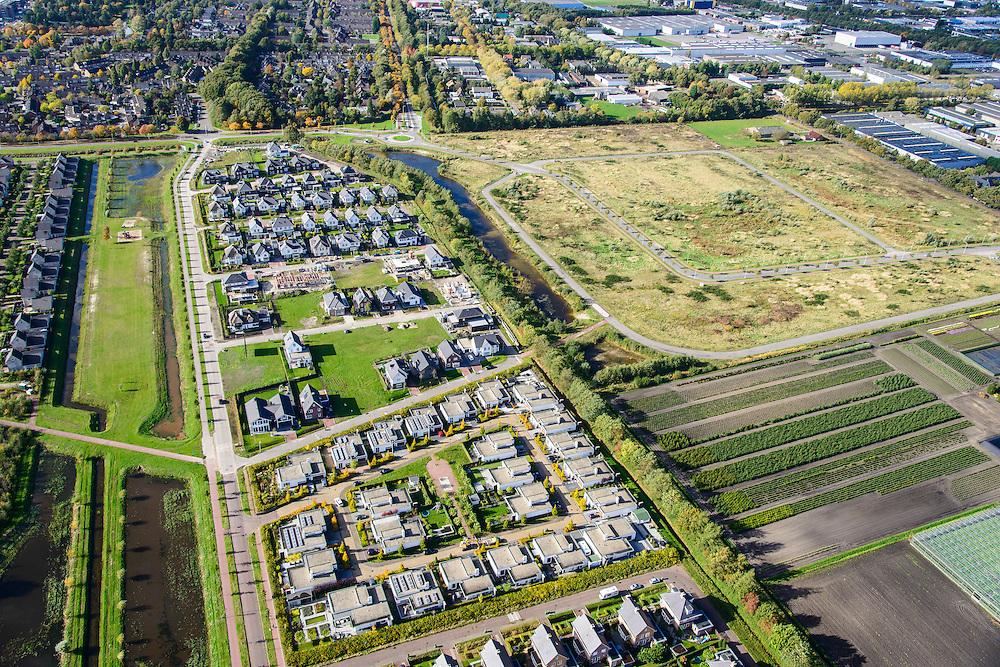 Nederland, Noord-Brabant, Roosendaal, 23-10-2013;<br /> Nieuwbouwwijk met vrijstaande villa's en andere woonhuizen, rechts gedeeltelijk lege kavels.<br /> Newly constructed residential area with detached houses. Empty lots for newly to be constructed houses (right).<br /> luchtfoto (toeslag op standaard tarieven);<br /> aerial photo (additional fee required);<br /> copyright foto/photo Siebe Swart.