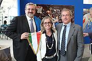 BARI 11.04.2010<br /> PIAZZA FERRARESE-SALA MURAT<br /> CONFERENZA STAMPA DI PRESENTAZIONE DEGLI INCONTRI<br /> DI QUALIFICAZIONE AI CAMPIONATI EUROPEI 2011<br /> NELLA FOTO IL SINDACO DI BARI MICHELE EMILIANO IL PRESIDENTE DEL COMITATO REGIONALE FIP PUGLIA MARGARET GONNELLA L'ASSESSORE ALLO SPORT ELIO SANNICANDRO