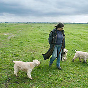 Nederland Delft 17-09-2010 20100917     A4 Delft - Schiedam wordt definitief verlengd,  er  is begin deze maand officieel besloten tot de aanleg van het stuk snelweg waarover zo'n vijftig jaar is gesproken. Natuurgebied dat in de toekomst zal moeten wijken na het doortrekken van de A4, vrouw laat haaar honden uit. Rijkswaterstaat en het ministerie van VWS hebben dat laten weten.Over de nieuwe verkeersader wordt al decennialang gesteggeld, vooral omdat de weg het natuurgebied Midden-Delfland doorboort...De zeven kilometer asfalt tussen Delft en Schiedam doorkruist straks verdiept of via een tunnel het natuurgebied tussen de twee steden. Het belangrijkste pluspunt is dat de A13 wordt ontlast. Op rijksweg A13 staat dagelijks de voor de economie schadelijkste file van Nederland. Met het project A4 Delft-Schiedam willen lokale en regionale overheden en het Rijk de problemen rond bereikbaarheid en leefbaarheid op en rond de A13 en de A4 Delft-Schiedam oplossen. Midden Delftland. , provinciale, realisatie, realiseren, recreatie, recreeren, regionale overheden, relax, relaxed, relaxen, relaxing, rijbaan, rijbanen, route, ruimte, ruimtelijk, ruimtelijke, ruimtelijke omgeving, ruimtelijke ordening, Ruimtelijke plannen, ruimtelijke planning, ruimtelijke visie, ruraal, rurale omgeving, rustiek, rustieke, rustieke omgeving, rustig, rustige, space, spare time, spoor, stedelijke vernieuwing, stil, streekplan, sunny, terrein, The Netherlands Holland Nederland, toekomst, toekomstige plannen, toekomstplannen, tracé, traject, uitgestrektheid, verbinding, verbindingen, vergezicht, vergezichten, verkeer en vervoer, verkeer en waterstaat, verkeersnet, verlengen, vernieuwing, vervoer, vewezenlijken, vrije tijd, vrouw, vrouwen, walking the dog, wandelen, wandelingetje maken, wegenbouw, wegenbouwplanologie, wegennet, wegnet,