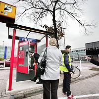 Nederland, Amsterdam , 27 oktober 2009..Problemen rond de nieuwe parkeerbetaalautomaat op de parkeerplaats van het Buikslotermeerplein winkelcentrum..The parking payment machine is being repaired.