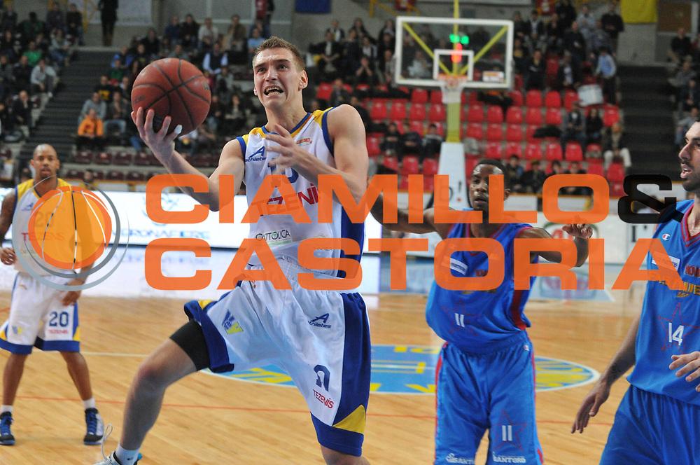 DESCRIZIONE : Verona Lega Basket A2 2010-11 Tezenis Verona Fastweb Casale Monferrato<br /> GIOCATORE : Mareks Jurevicius<br /> SQUADRA : Tezenis Verona Fastweb Casale Monferrato<br /> EVENTO : Campionato Lega A2 2010-2011<br /> GARA : Tezenis Verona Fastweb Casale Monferrato<br /> DATA : 02/01/2011<br /> CATEGORIA : Tiro<br /> SPORT : Pallacanestro <br /> AUTORE : Agenzia Ciamillo-Castoria/M.Gregolin<br /> Galleria : Lega Basket A2 2010-2011 <br /> Fotonotizia : Verona Lega A2 2010-11 Tezenis Verona Fastweb Casale Monferrato<br /> Predefinita :