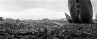 Innenstadt von Banda Aceh. Am Hafen sind groessere Schiffe an Land geschleudert worden. Das Meer drang bis in die Stadtmitte vor und verwueste alles was unter die Welle kam. Bruecke am KROENG RIVER....City Center of Banda Aceh, Main River at the brigde. Ships and boats from the harbour are pushed by the wave into the citycenter. At the brigde over the KROENG RIVER<br /> Murat Tueremis<br /> Germany.+49-171-5437080.<br /> email: murattueremis@t-online.de