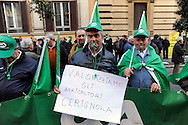 Roma 24 Novembre 2009.Ministero dell'Agricoltura.Gli agricoltori della Cia Confederazione italiana agricoltori manifestano per chiedere al governo interventi incisivi a favore di un settore messo in ginocchio dalla crisi economica..Rome 24 November 2009.Ministry of Agriculture.Farmers in the Italian Farmers Confederation Cia appear to demand the government far-reaching measures in favor of an industry brought to its knees by economic crisis-.The banner reads: We value farmers