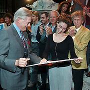 Gouden CD uitreiking musical Elisabeth Scheveningen, Pia Douwes en Mr. Pieter van Vollenhoven