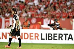 Neymar Jr. em lance do jogo contra o Internacional, em partida válida pela Copa Libertadores da America, no estádio Beira Rio, em Porto Alegre. FOTO: Jefferson Bernardes/Preview.com