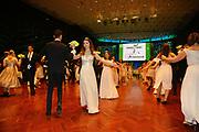 Ludwigshafen. 02.12.17 | <br /> Pfalzbau. Gala-Ball von Tanz-Art Formacon. Wiener Opernballeröffnung unserer Debütanten, ca. 60 Jugendpaare ziehen in den festlich Ballsaal ein und vertanzen 3 Touren der Francaise. Passend zum Wiener Opernballthema alle Damen mit hellen Kleidern und Diadem im Haar, alle Herren mit weissen Handschuhen. <br /> Bild: Markus Prosswitz 02DEC17 / masterpress (Bild ist honorarpflichtig - No Model Release!) <br /> BILD- ID 03418 |