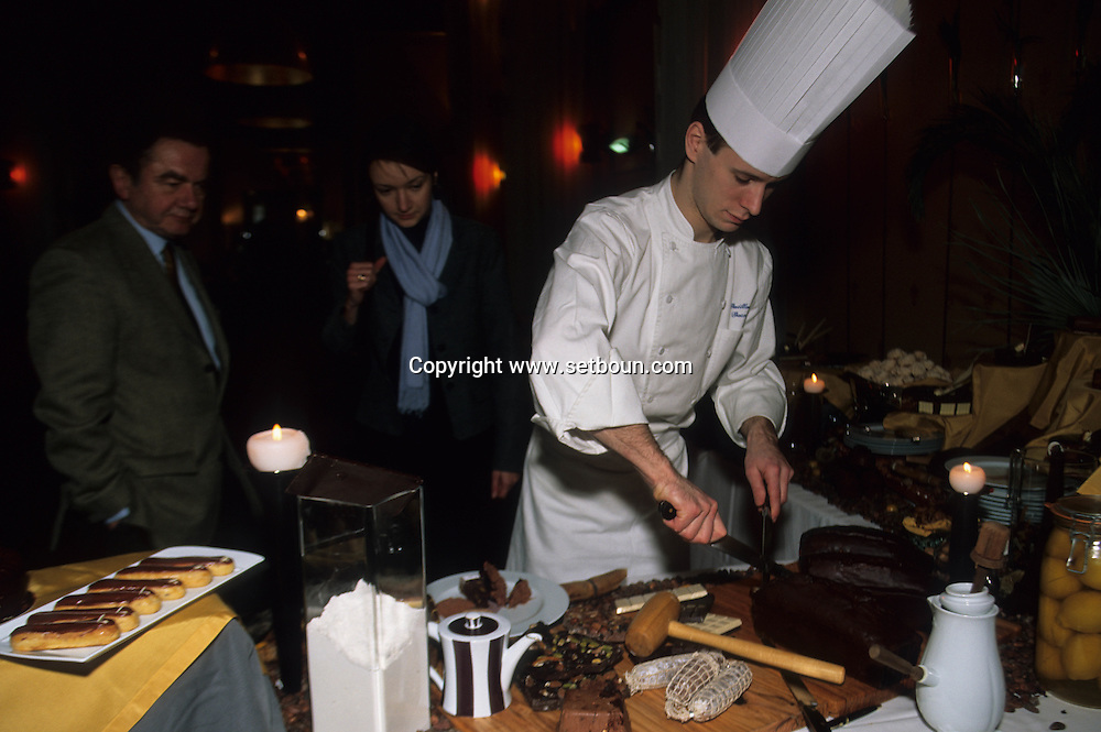 Normandy Hotel,  The Gouter Tout Chocolat. The pastry chief Pierre Puget  Paris  France     / buffet tout chocolat a líhotel Normandy avec le chef patissier Pierre PUGET  Paris  France   / R00284/    L0006943  /  P106501