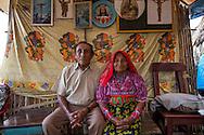 Retrato de Mariela López y Gerardo Tejada.  La  isla de Ustupu, perteneciente a la comarca indígena  Guna Yala,  forma parte del archipiélago de 365 islas a lo largo de la costa caribe noreste de Panamá..En Ustupu se genero la  Revolución Guna  en 1925, en la que los indígenas Gunas se defendieron ante las autoridades panameñas, que obligaban a los indígenas a occidentalizar su cultura a la fuerza. los Gunas con el aval del gobierno panameño, crearon un territorio autónomo llamado comarca indígena de Guna Yala, para garantizar la seguridad de la población y cultura Guna..(Ramón Lepage).