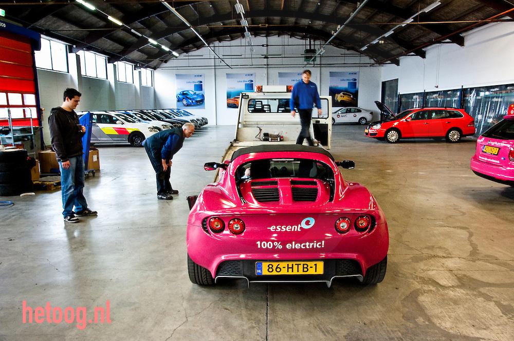 Hjalmar Engel directeur van ECE - electric cars europe - bij ece bouwen zij auto's om tot elektrische autos. Hier de omgebouwde Lotus Elise. (die op transport gaat naar ijsstadion Thialf ter promotie van Essent) Foto: hetoog.nl/Cees Elzenga
