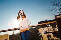 Creative Workplace, junge Frau, kreativ, telefonierend, Arbeiten außerhalb des Büros, Kaffeepause, Terrasse, Restaurant, Österreich, Horn
