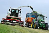 20/05/14 - MARCILLY LE CHATEL - LOIRE - FRANCE - Ensilage d herbe dans la plaine du Forez - Photo Jerome CHABANNE