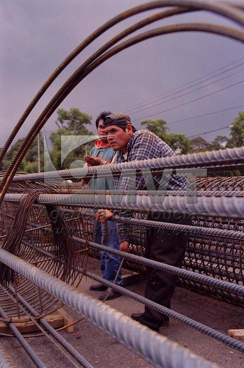 Lerma, M&eacute;x.- El centro comercial Plazas Outlet, realiza la construcci&oacute;n de un puente vehicular en la carretera M&eacute;xico Toluca. Agencia MVT / Arturo Rosales Ch&aacute;vez. (FILM)<br /> <br /> NO ARCHIVAR - NO ARCHIVE