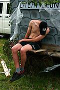 Drunk, besoffen, cuite, bourré, alkohol, Bierleiche, Jugend, junger Mann, jeune homme, torse nu, dormant, sleeping, courbé, courbature, geknickt, gebeugt. Fête de la Jeunesse, Estavannens. © Romano P. Riedo