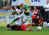 FUSSBALL   1. BUNDESLIGA   SAISON 2011/2012    3. SPIELTAG SV Werder Bremen - SC Freiburg                             20.08.2011 Cedrick MAKIADI (Freiburg, am Boden) foult Aaron HUNT (Bremen)
