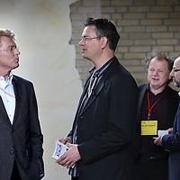 Nederland, Achlum , 28 mei 2011..Conventie van Achlum..Achmea bestaat dit jaar 200 jaar. In dit jubileumjaar gaat Achmea terug naar haar roots: het Friese dorpje Achlum. Op 28 mei vindt daar de Conventie van Achlum plaats. Zo'n 2000 mensen gaan daar met elkaar in gesprek over de toekomst van Nederland binnen de thema's: veiligheid, mobiliteit, arbeidsparticipatie, pensioen en gezondheid. Dit doen we met top sprekers uit de politiek en wetenschap maar ook met mensen zoals jij..Op de foto Bas Heijne (2e rechts), Paul Schnabel en Willem van Duin bestuursvoorziter Achmea (l), Hans Anker.Foto:Jean-Pierre Jans