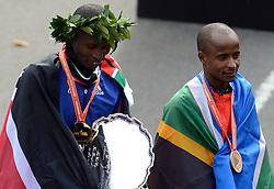 03-11-2013 ATLETIEK: NY MARATHON: NEW YORK <br /> De winnaar op de NY marathon Geoffrey Mutai en rechts Lusapho April RSA<br /> ©2013-FotoHoogendoorn.nl