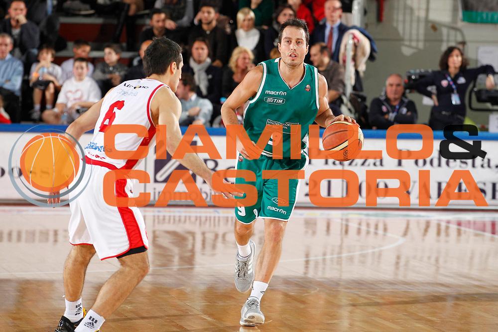 DESCRIZIONE : Varese Campionato Lega A 2011-12 Cimberio Varese Benetton Treviso<br /> GIOCATORE : Massimo Bulleri<br /> CATEGORIA : Palleggio<br /> SQUADRA : Benetton Treviso<br /> EVENTO : Campionato Lega A 2011-2012<br /> GARA : Cimberio Varese Benetton Treviso<br /> DATA : 03/01/2012<br /> SPORT : Pallacanestro<br /> AUTORE : Agenzia Ciamillo-Castoria/G.Cottini<br /> Galleria : Lega Basket A 2011-2012<br /> Fotonotizia : Varese Campionato Lega A 2011-12 Cimberio Varese Benetton Treviso<br /> Predefinita :