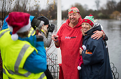 © Licensed to London News Pictures. 25/12/2017. London, UK. Members of the Serpentine Swimming Club brave the cold waters at the Serpentine Lake in Hyde Park, London to compete for the traditional Peter Pan Cup on Christmas Day, December 25, 2017. Photo credit: Ben Cawthra/LNP