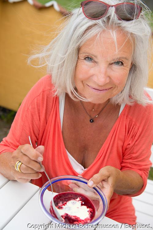 Kirsten Vaupel laver mad i sommerhuset. Her rødgrød. Foto: © Michael Bo Rasmussen / Baghuset. Dato: 23.07.12