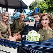 NLD/Blaricum/20130917 - Huwelijk Liz Snoyink en Nicolaas, Liz met zoon Esra en bruidsmeisjes