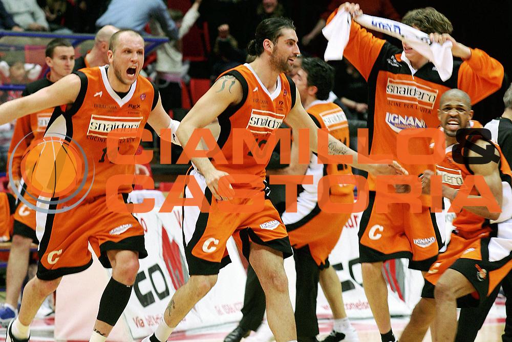 DESCRIZIONE : Livorno Lega A1 2005-06 Basket Livorno Snaidero Basketball Udine<br /> GIOCATORE : Team Udine<br /> SQUADRA : Snaidero Basketball Udine<br /> EVENTO : Campionato Lega A1 2005-2006<br /> GARA : Basket Livorno Snaidero Basketball Udine<br /> DATA : 09/04/2006<br /> CATEGORIA : Esultanza<br /> SPORT : Pallacanestro<br /> AUTORE : Agenzia Ciamillo-Castoria/Stefano D'Errico<br /> Galleria : Lega Basket A1 2005-2006<br /> Fotonotizia : Livorno Campionato Italiano Lega A1 2005-06 Basket Livorno Snaidero Basketball Udine<br /> Predefinita : si