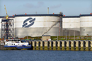 Nederland, Rotterdam, 28-1-2016Raffinaderij, olieverwerkende industrie, een terrein met opslagtanks voor olie. Logo op opslagtank van Odfjell. Rotterdam is in Europa de grootste importhaven en een van de grootste ter wereld voor overslag en raffinage van ruwe olie. De aangevoerde olie wordt voor ongeveer de helft gebruikt door raffinaderijen van Shell, BP, Esso, Exxon Mobil, Kuwait Petroleum, en Koch. De rest wordt per pijpleiding naar Vlissingen, Belgie en Duitsland overgeslagen. Foto: Flip Franssen/HH