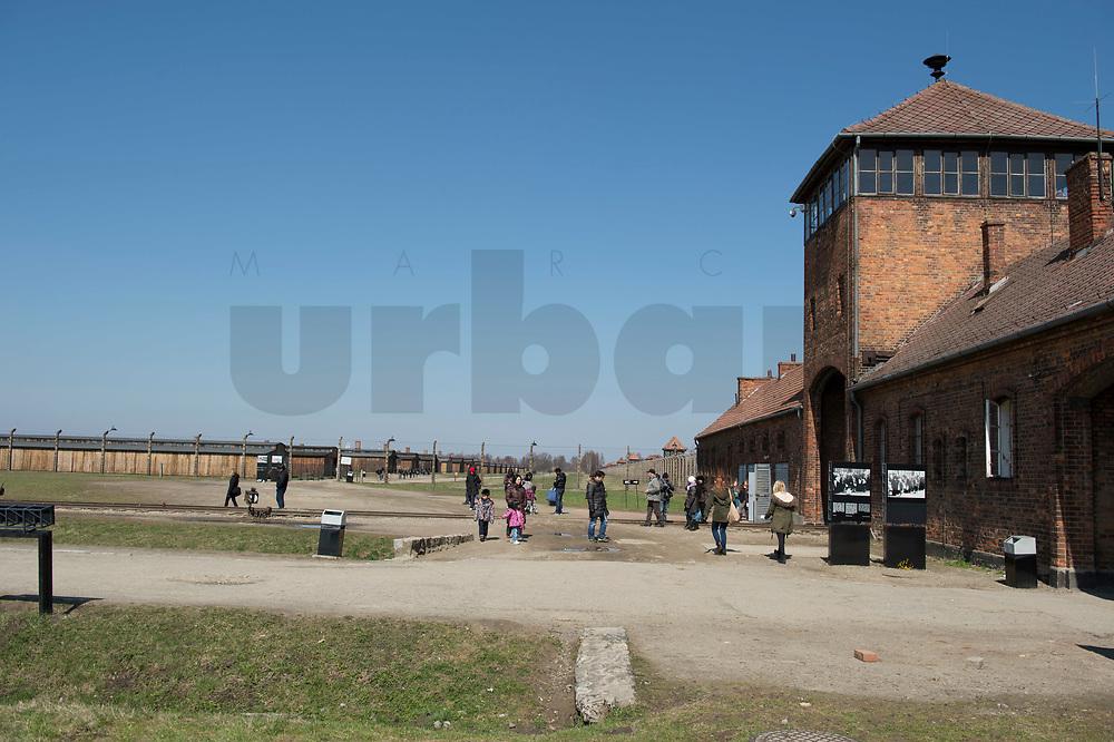 09 APR 2012, KRAKOW/POLAND:<br /> Torhaus mit Besuchern von Innen gesehen, links: restaurierte Holzbaraken, Staatliches polnisches Museum / Gedenkstaette des ehem. Konzentrationslager Ausschitz-Birkenau<br /> IMAGE: 20120409-01-008<br /> KEYWORDS: Krakau, KZ, Vernichtungslager Auschwitz II–Birkenau, Polen