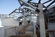 El edificio Puente de Vida, que está siendo diseñado por una de las principales firmas de arquitectura del mundo -- Frank O. Gehry & Asociados -- será un icono nuevo para Panamá. Además, va a ser un edificio impactante, muy diferente a ninguna otra estructura que sus visitantes hayan visto...Localizado en un hermoso parque que resalta la diversidad de vida natural en Panamá, el edificio estará compuesto de pabellones que contienen exhibiciones interactivas que permiten al visitante acercarse a la naturaleza. Éstas exhibiciones están siendo desarrolladas por Bruce Mau Design, una de las compañías de diseño más importantes del mundo.