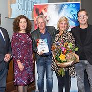NLD/Den Haag/20180920 - Minister Ingrid van Engelshoven reikt de Life Time Achievement Award uit aan Thomas Tol, Thomas Tol met zijn partner Willy en zoon Jack, Minister van Engelshoven en directeur Buma