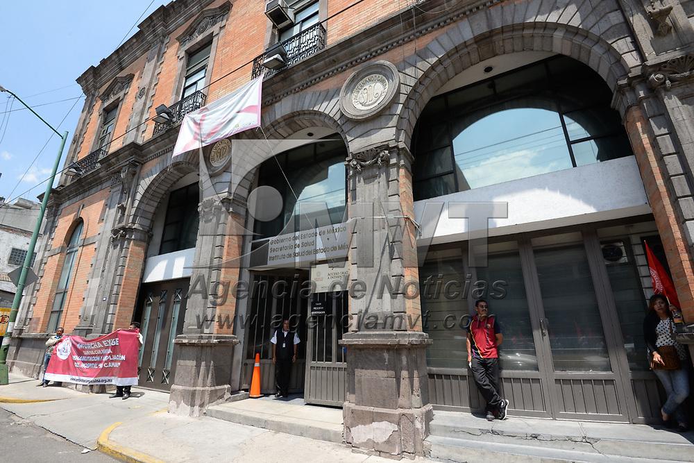 Toluca, México.- (Marzo 28, 2017).- Habitantes de Chimalhuacán se manifestaron frente a las instalaciones de la Secretaria de Salud, para denunciar que en este municipio más de 25 personas han muerto por falta  de atención en los hospitales y clínicas que opera el ISEM. Agencia MVT / Crisanta Espinosa.