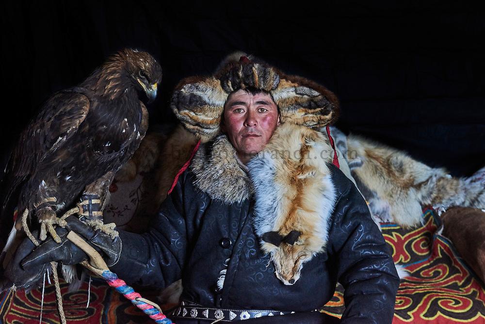Mongolie, province de Bayan-Olgii, Burkit, chasseur à l'aigle Kazakh avec son aigle royal // Mongolia, Bayan-Olgii province, Burkit, Kazakh eagle hunter with his Golden Eagle
