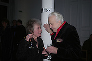Maggi Hambling and Sir Peregrine Worsthorne. Annabel Freyberg and Andrew Barrow drinks party. The Royal Geographical Society. 5 January 2006. ONE TIME USE ONLY - DO NOT ARCHIVE  © Copyright Photograph by Dafydd Jones 66 Stockwell Park Rd. London SW9 0DA Tel 020 7733 0108 www.dafjones.com