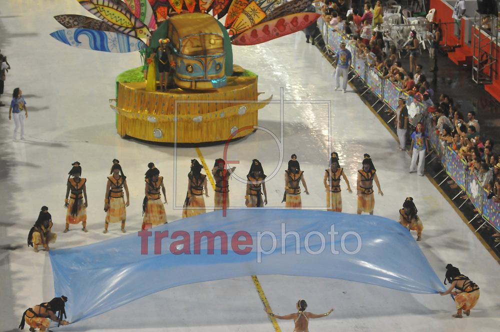 --- OBS: ATENÇÃO EDITORES: ESTAS IMAGENS ESTÃO EMBARGADAS PARA USO/VENDA NO ESTADO DE SANTA CATARINA ---  Florianópolis, (SC) - 14/02/2015 -  Desfile das Escolas de Samba em Florianópolis/SC neste sábado. Neste momento o desfile da escola União da Ilha da Magia. Foto: Eduardo Valente/Frame