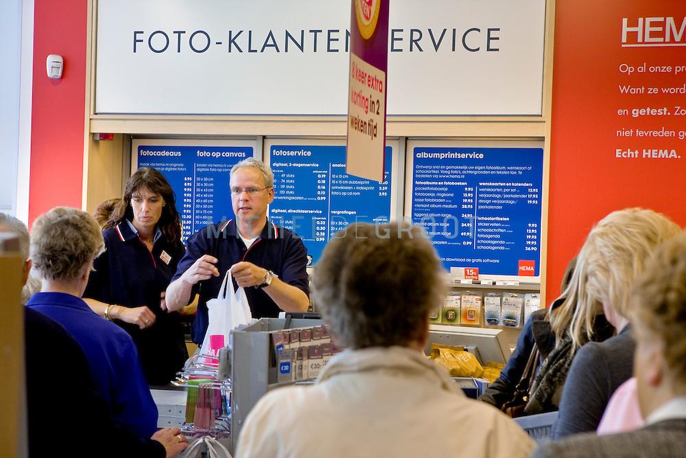 Algemeen directeur Ronald van Zetten als kassa medewerker in het HEMA filiaal in Vlaardingen, The Netherlands  op 18 April, 2009.  (Photo by Michel de Groot)