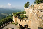 Burg Hohenzollern, Festungsmauern, Schwäbische Alb, Baden-Württemberg, Deutschland.. | ..Hohenzollern Castle, Germany