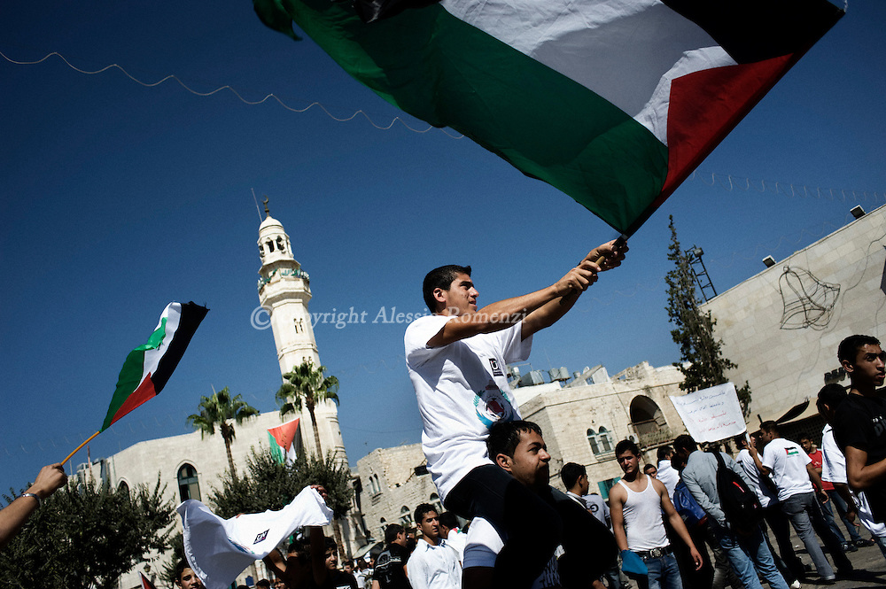 Bethlehem : Palestinians wave flags during a rally in the West Bank city of Bethlehem in support of Palestinian President Mahmoud Abbas' bid for statehood recognition in the United Nations, September 21, 2011ALESSIO ROMENZI