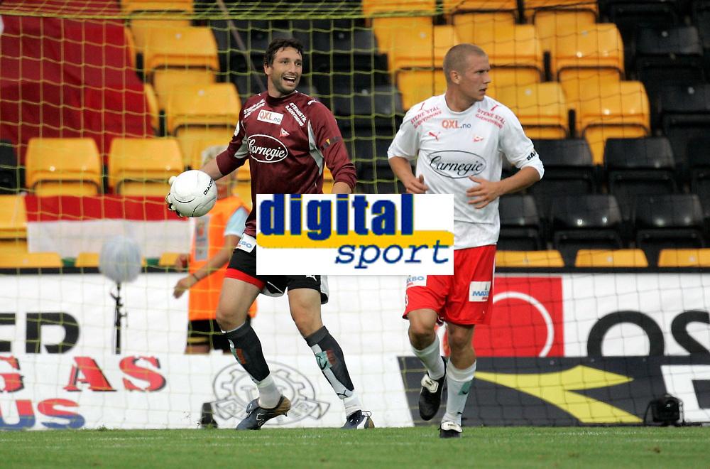 Fotball , 12. august 2006, Tippeligaen Eliteserien , Åråsen Stadion . Lilestrøm LSK - Fredrikstad FFK , FFKs keeper Rami Shaaban bak Patrik Gerrbrand Foto: Kasper Wikestad