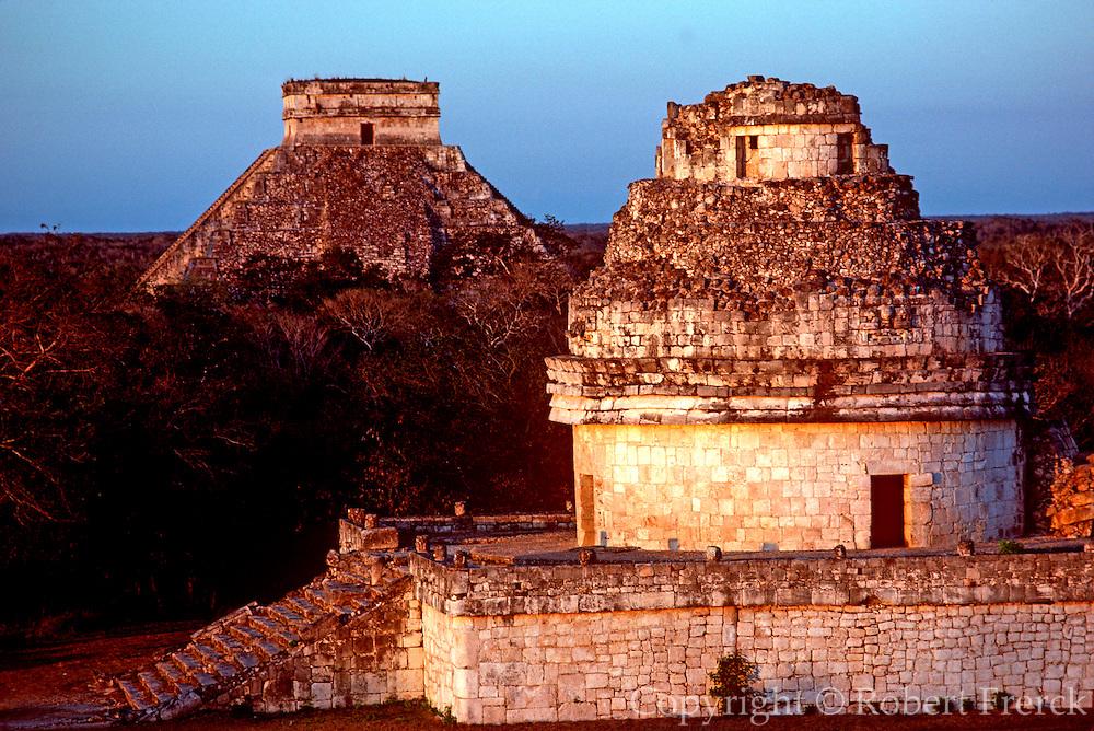 MEXICO, MAYAN, YUCATAN Chichén Itzá; Kukulkan and Observatory