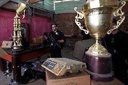 Policia durante invasão de laboratório para o refino de cocaína na favela do Morro do Alemão em 28 de novembro de 2010 no Rio de Janeiro, Brasil. Após dias de preparação, forças de segurança do Brasil, lançaram um ataque contra uma favela, onde entre 500 e 600 traficantes de drogas estão escondidos e recusam a se render. Cerca de 2.600 tropas aerotransportadas, marines e membros das unidades de elite da polícia participaram da operação como alvo um grupo de favelas sem lei conhecido como Complexo de Alemão. FOTO: Jefferson Bernardes/Preview.com