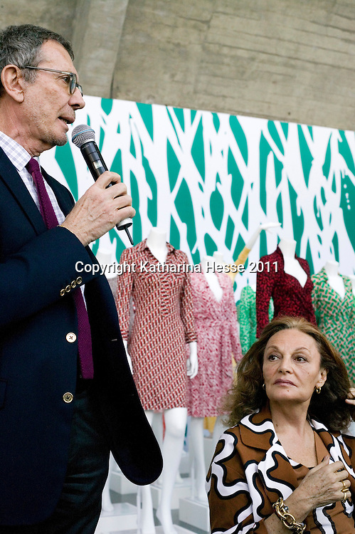 """Beijing, April,2, 2011 :   Diane von Furstenberg (C) , Arne Glimcher founder and chairman of The Pace Gallery- L, and  Leng Lin , president of The Pace Gallery, Beijing-R, discusss the upcoming """" Journey of a Dress exhibition """"."""