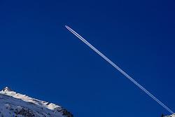 25-01-2017 AUT: BvdGF wintersportkamp dag 1, Obertauern<br /> Het 7de jaar wintersportkamp van de BvdGF is verhuisd naar Obertauern. Prachtige pistes, geweldig jeugdhotel en fantastisch weer maakt er weer een onvergetelijk kamp van / Omgeving Obertauern, vliegtuig strepen
